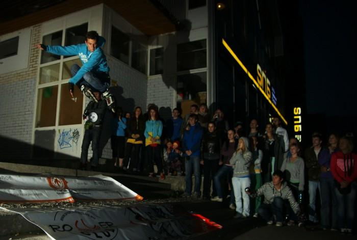 прыжок на роликах в толпе